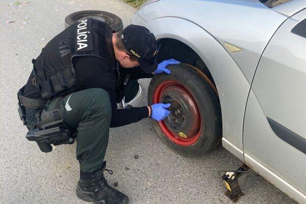 Policajti zvládli výmenu kolesa bez problémov.