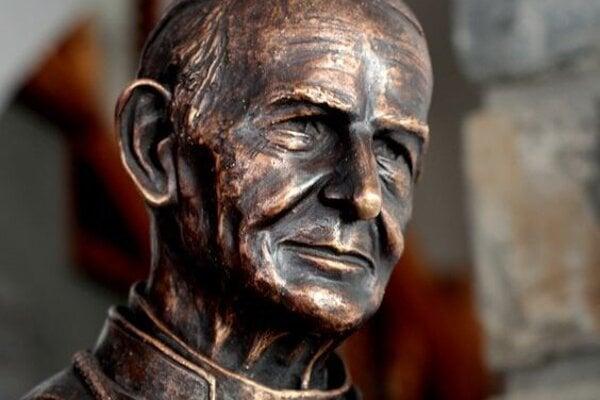 Bronzová busta biskupa Jána Vojtaššáka.