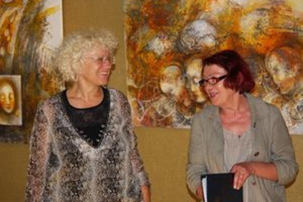Zľava autorka Emília Jakubisová a kurátorka Marta Hučková.
