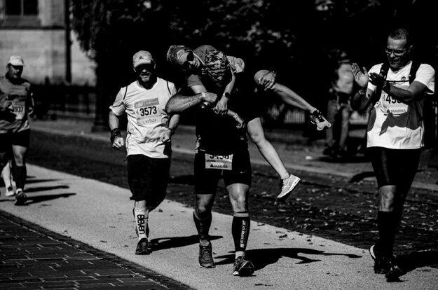 Toto je rytier košického maratónu. Policajt niesol zranenú bežkyňu na pleciach.