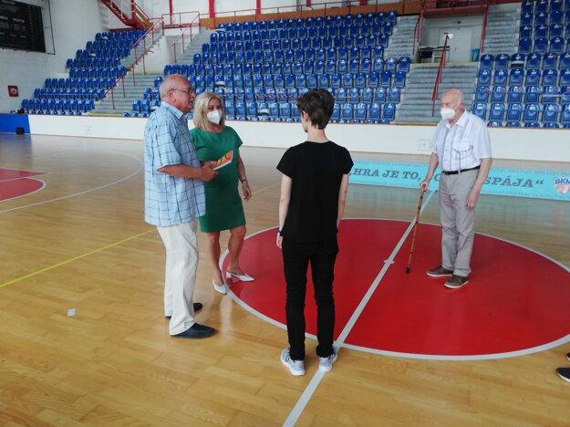 Z krstu knihy o lučeneckom basketbale od K. Kadlubeka
