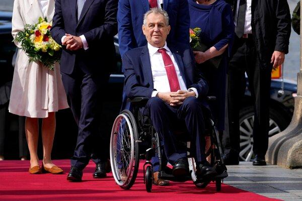 Miloš Zeman, keď pred týždňom opúštal nemocnicu.