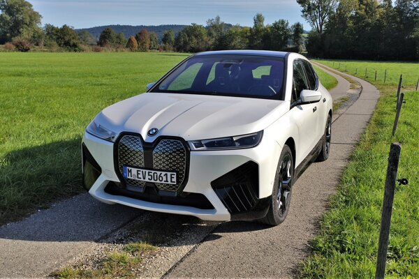 Vyskúšali sme BMW iX, zaujímavé riešenia zatienili kontroverzný dizajn