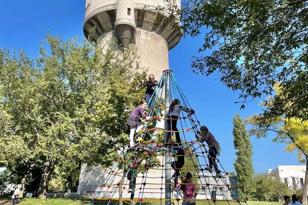 Pri vodárenskej veži v Komárne pribudli herné prvky pre deti.