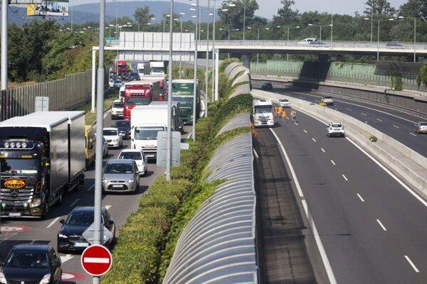 Dopravná situácia na Einsteinovej ulici a uzavretý pravý jazdný pás diaľnice D1 (smer Žilina) na úseku Most Lafranconi a Prístavný most.