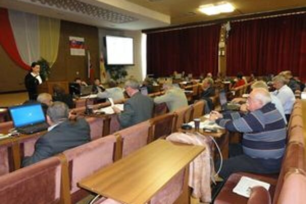 Skupina deviatich poslancov podala trestné oznámenie na viceprimátora. Jozef Mečiarodmieta akékoľvek porušenie zákona.