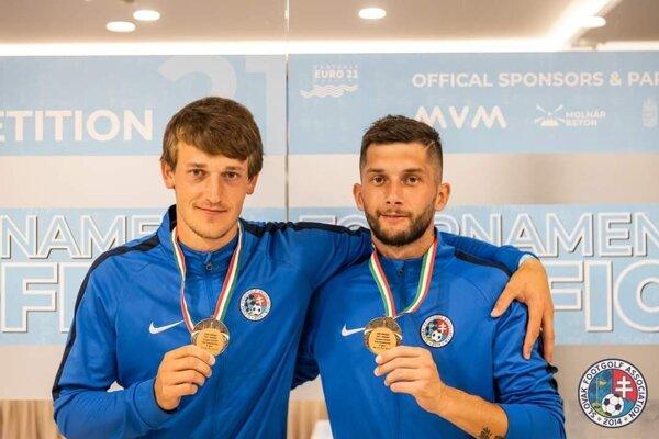 Peter Gardian a Kristián Sádecký si priviezli z footgolfového Eura bronzové medaily.