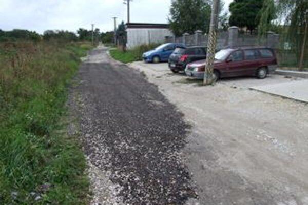 Cestu konečne zaliali asfaltom. Stalo sa tak až po tom, čo do terénu z radnice vycestoval viceprimátor Štefek.