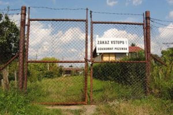 Tabuľu umiestnili majitelia pozemkov po porade s právnikom.