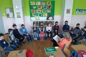 Deti už počas vyučovania nemusia nosiť rúška. Na ZŠ A. Dubčeka v Martine zmenu uvítala väčšina z nich.