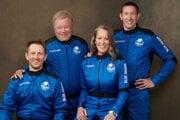 Posádku druhého letu Blue Origin s posádkou: zľava Chris Boshuizen, William Shatner, Audrey Powersová a Glen de Vries.