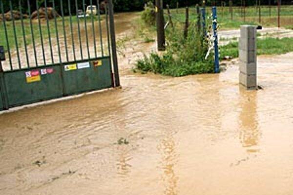 Vody z potoka si to opäť nasmerovala k futbalovému ihrisku v Sľažanoch.