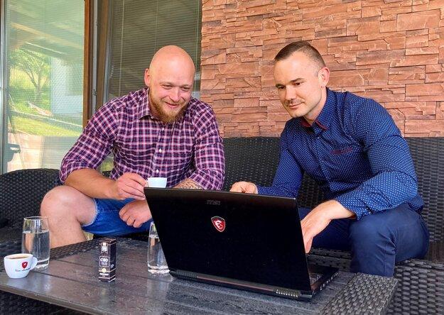 Dvojica mladých mužov zLiptova Tomáš Žilla (vpravo) aLukáš Kubáň (vľavo) sa rozhodla, že pod Tatrami začnú rastlinu pestovať vo veľkom.