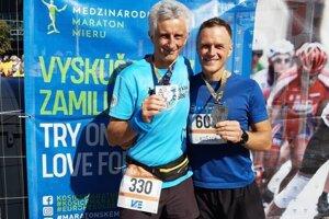 S Jánom Jankolom (vľavo) som odbehol prvý polmaratón imaratón.