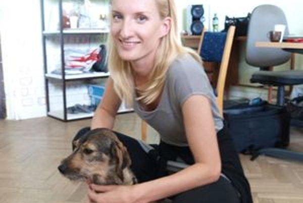 Adela Banášová na besedu do Nitry prišla aj so svojím psíkom Mini.