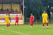 Futbalisti Golianova (v žltom) sa po zaváhaní Hosťovej dostali do čela tabuľky 7. ligy sk. B.