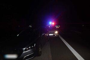 Opitý narazil do policajného auta.