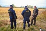 Mestskí policajti pri love líšok.