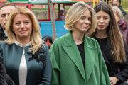 Prezidentka Zuzana Čaputová čaká s dcérami Leou (vpravo) a Emou (druhá vpravo).