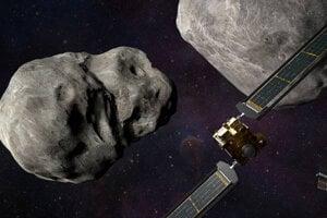 Väčšina vedcov by prípadnú zrážku s asteroidom riešila jeho odklonením. Na zábere ilustrácia prvého testu tejto metódy sondou Dart.