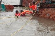 Záplavy v Indii si vyžiadali desiatky obetí.
