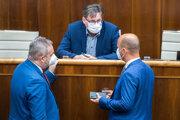 Poslanec za OĽaNO a predseda ústavnoprávneho výboru Milan Vetrák (v strede) debatuje s poslancami Gáborom Grendelom (OĽaNO, vpravo) a Ondrejom Dostálom (SaS).