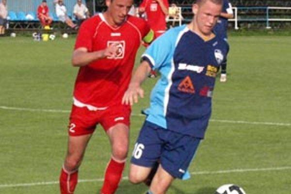 V piatok v Nitre skóre uzavrel striedajúci dorastenec Anton Dano (v modrom). Pri ňom je bek Nových Zámkoch Ivan Zsák.