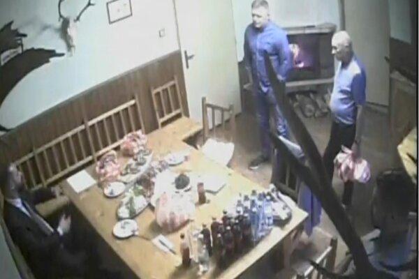 Aktuality.sk získali zábery z chaty, kde sa stretával Robert Fico (vpravo hore), Miroslav Bödör (vpravo hore), advokát Marek Para (vľavo dole) a syn Tibora Gašpara (vpravo dole).