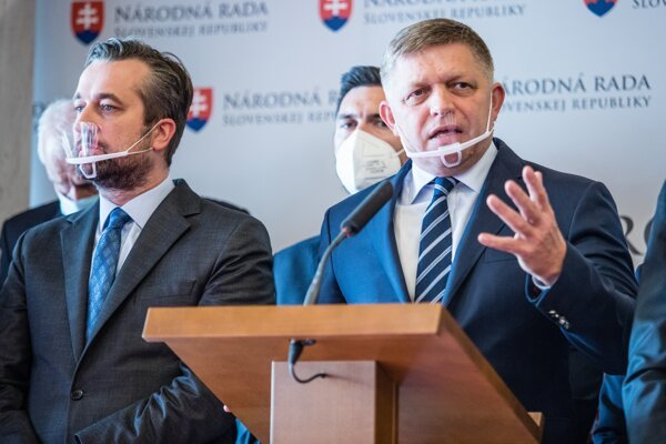 Robert Fico (vpravo).