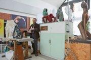 Sochár Milan Kuzica pri práci v ateliéri.