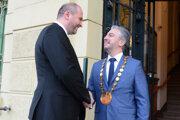 V podobne srdečných situáciách ich už často nevidieť. Fotografia je z prvej návštevy novozvoleného primátora Polačeka u Trnku v decembri 2018.