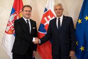 Na snímke vpravo minister zahraničných vecí a európskych záležitostí SR Ivan Korčok a vľavo minister zahraničných vecí Srbskej republiky Nikola Selakovič sa zdravia počas stretnutia v Bratislave