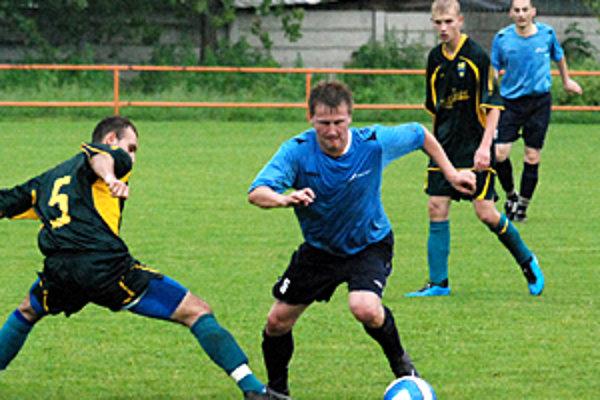 Hráči Hornej Kráľovej (v modrom) porazili súpera z Hurbanova 4:0. Hralo sa v Hájskom.