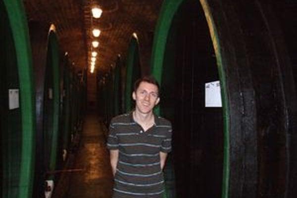 Obrie sudy museli rozobrať, preniesť do pivníc a až potom poskladať. Dubové sudy majú výšku skoro tri metre a do jediného sa zmestí viac ako 11-tisíc litrov vína.