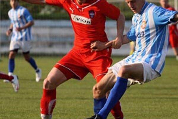 Roman Sloboda (v červenom) hral v sobotu polhodinu za áčko ViOnu v Šali a v nedeľu 75 minút za rezervu. Do siete Imeľu strelil dva góly.