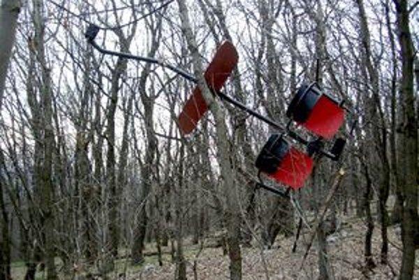 Na prechádzke v lese našla sedačky z demontovanej lanovky.