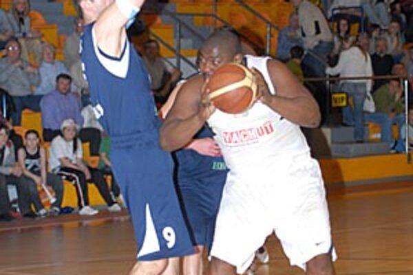 Dametri Hill (strážený Golianom) bol najlepším strelcom Nitry pri víťazstve 78:62.