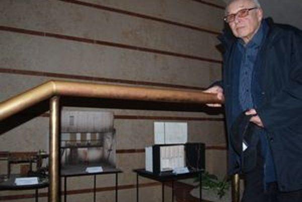 Scénograf František Perger v DAB vystavuje makety svojich scénických návrhov.