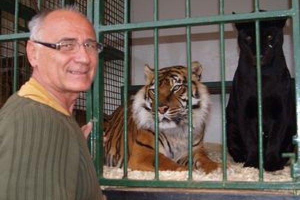 František Strnad so svojimi najstaršími šelmami - tigricou Sambou a čiernou jaguárkou Lendou.