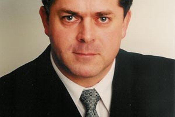 Miloš Zaujec je poslanec, ktorý navrhol mesačné odmeny pre 21 ľudí. Návrh v čase hospodárskej krízy prešiel krajským parlamentom veľmi pohodlne.