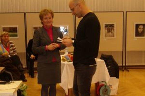 V KOS v Nitre o zdravej výžive prednášal Igor Bukovský. Na snímke s riaditeľkou KOS Danielou Gundovou.