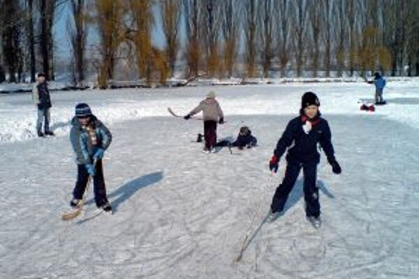 Keď Hangócka v parku zamrzne, stáva sa obľúbeným miestom korčuliarov.