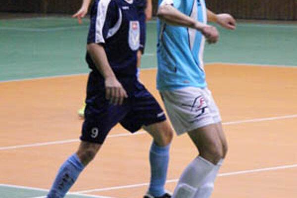 Oba celky spod Zobora vyšli naprázdno. Vľavo trojgólový strelec MFsK Nitra Tomáš Snop.