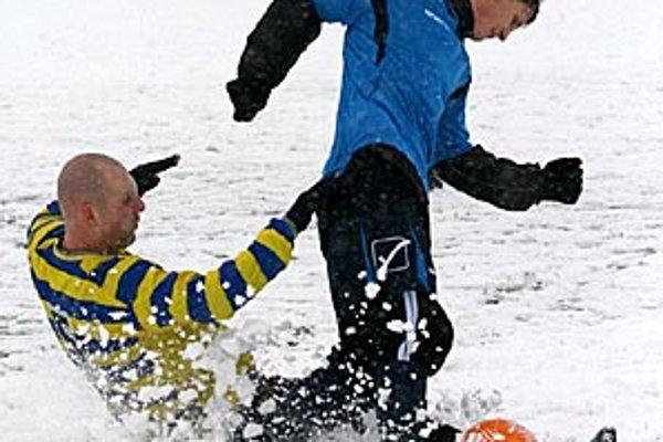 Sánkovačka či futbal? Výstižná momentka z duelu Vrábeľ s Palárikovom.