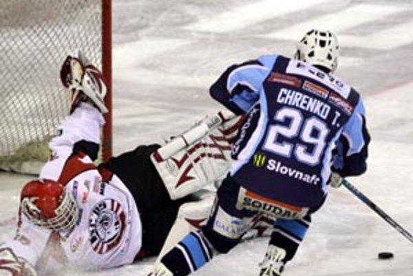 Tomáš Chrenko bol v nedeľu hlavným strojcom dôležitých bodov Nitry proti Banskej Bystrici. Skóre otváral center prvého útoku Nitry už v 25. sekunde zápasu, keď obišiel štyroch súperov a aj pri víťaznom góle položil českého brankára hostí na ľad spôsobom,