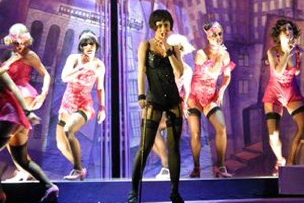 Klaudia (uprostred) a tanečnice Kit Kat klubu v predstavení Kabaret.