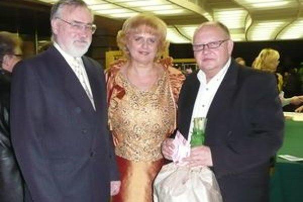 Zľava bývalý absolvent školy Jozef Prokeš, riaditeľka Marta Rácová a predseda Rady rodičov Marian Janota.
