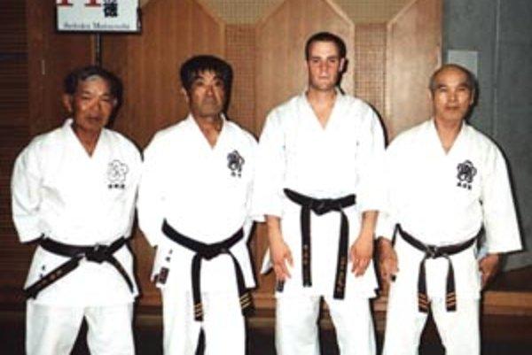 Slovenský reprezentant Ľudovít Kocsis (druhý sprava) počas odborného seminára v japonskej Okinawe so svojimi vzormi – učiteľmi.