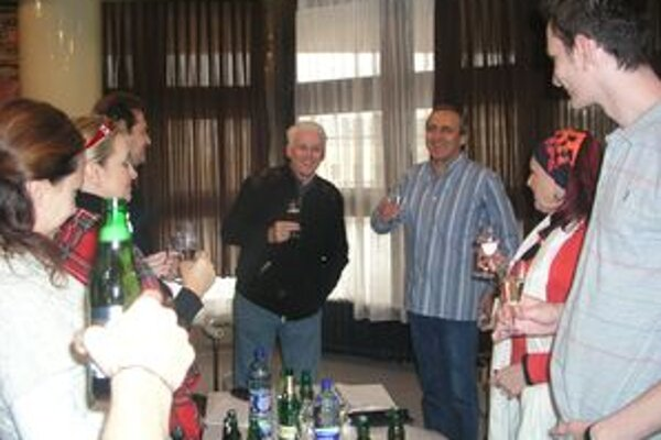 Na úspech Kolumbíny si pripili herci aj tvorcovia inscenácie - uprostred riaditeľ Ján Greššo a režisér Emil Horváth.
