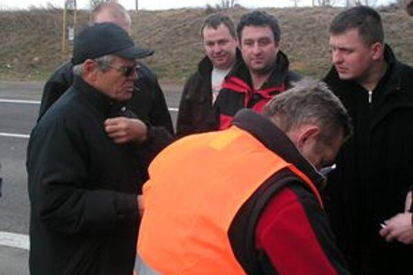 Milan Kňažko po nehode na zlatomoravskej ceste, pre ktorú je trestne stíhaný.